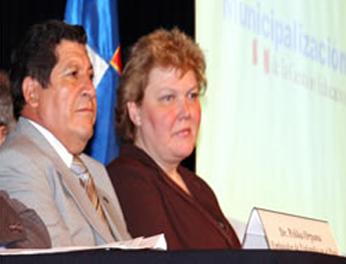 Víctor Raúl Díaz Chávez y Kirsi Lindroos.