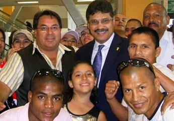 Alcalde de Breña junto a  boxeador.
