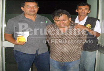 Detectives de Robos de la DEPICAJ HUACHO  Tec. Vasquez y Tec. Medina , flanqueando al delincuente capturado..