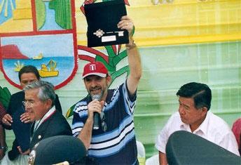 Premier Yehude mostrando la llave de la ciudad  de Barranca