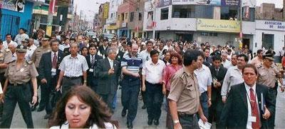 Entrada a la plaza de armas con una caravana del Presidente Regional el Premier y el alcalde y toda la comitiva