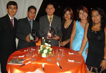 El equipo del diario Chaski, en ceremonia de premiación.