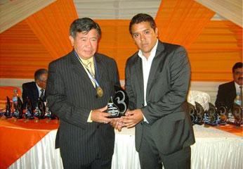 Sandro Valle Pimentel hizo entrega del trofeo a Presidente Regional, Nelson Chui.