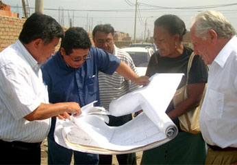 Presidente Regional de Lima, en inspeccion de los terrenos.