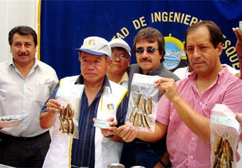 Presidente Regional mostrando un producto de bandera, la anchoveta, barato y de alta calidad nutritiva