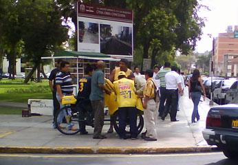 Heladero de triciclo atendiendo a las personas que se acercaban en busca de los helados de promocion.