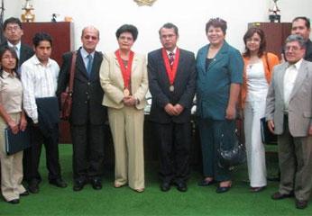 Fiscales de Arequipa, en medio, la Presidenta de la Junta de Fiscales Superiores de Arequipa Dra. Julia Marmanillo Lazo y al costado el Presidente de la Corte de Huaura Dr. Víctor Mosqueira