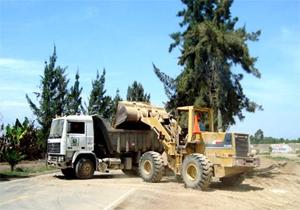 maquinaria pesada para realizar trabajos de remoción de escombros y rehabilitación de vías