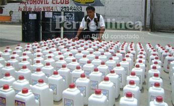 Los 178 galones y tres cilindros que  fueron incautados por la policía de Huacho. Foto Rogger la Chira.