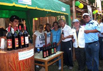 Alcalde de Barranca junto al Presidente Regional, en stans de productos de vinos y pisco.
