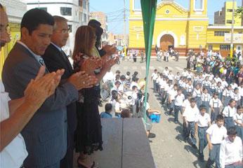 Desfile cívico escolar en la Plaza de Armas de Barranca.