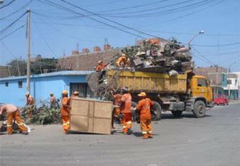 Personal de limpieza retiró residuos sólidos de los techos de las viviendas.