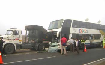 Bus quedó empotrado en tráiler