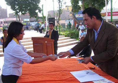 Alcalde de Cañete haciendo efectivo el premio a profesora que quedo segundo lugar
