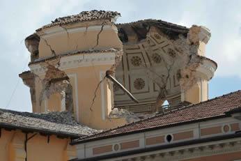 Detalhe da cúpula parcialmente destruída