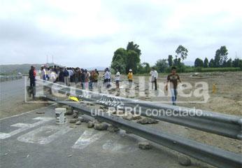Pobladores bloquearon vía y pidieron su cierre definitivo. Foto: Rogger la Chira.