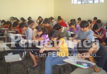 Juventud huaralina dando examen para las 200 becas