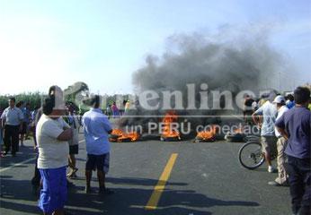 Pobladores enardecidos bloquearon la carretera.