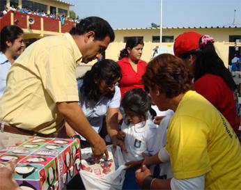 Alcalde de Cañete Javier Alvarado Gonzáles haciendo entrega de utiles a escolares