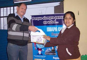 Laura Hualparuca Adriano, fue una de los felices ganadores que recibió una plancha eléctrica de manos del Gerente Comercial Percy Peláez.