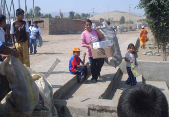 Pobladores de Barranca reciclando.