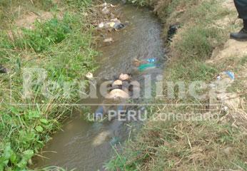El cadáver se hallaba sumergido en el canal de regadío. Foto Alan Jurado.