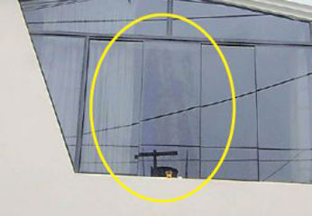 Imagen de la virgen en ventana de vivienda.