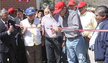 Nelson Chuy y Roque Benavides realizan el tradicional corte de la cinta.