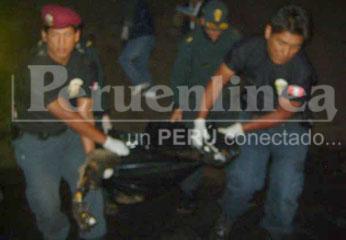 La policía en rescate de los cuerpos.