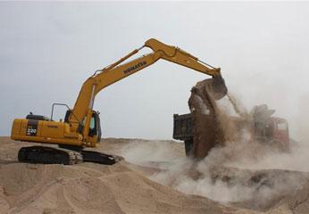 Se viene realizando el movimiento de tierra y la excavación del semisótano, con retroexcavadora, volquetes, tractor oruga, entre otros equipos.