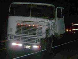 Tráiler que fue embestido por la camioneta.