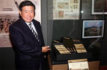 Ing. Nelson Chui mostrando trabajos de la civilización de Caral.