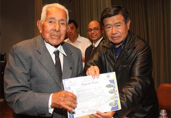 Ing. Nelson Chui entregó reconocimiento a maestros.