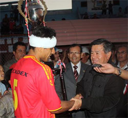Nelson Chui entregó un trofeo al capitán del equipo barranquino.
