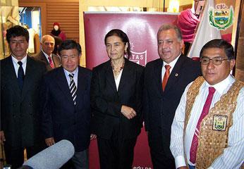 Arqueóloga Ruth Shady junto al presidente regional de Lima y otras autoridades.