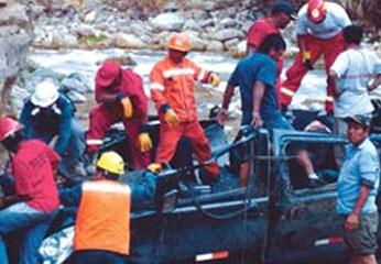 Minivan con 11 ocupantes que iba a Yauyos cae a rió Cañete y ninguno se salvó.