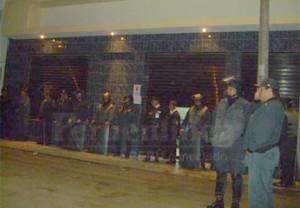 La Policía Nacional resguardaba el local.