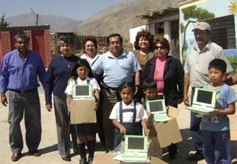 Entrega de laptops a instituciones educativas de Cañete.