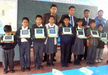 Entrega de laptops a estudiantes de Barranca.
