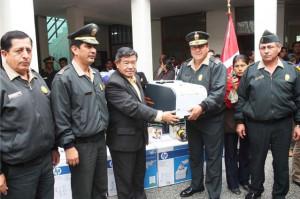 Presidente Regional de Lima, entregando impresoras a la Policía Nacional.