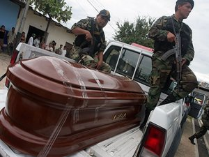 Médicos legistas que realizaron la necropsia también indicaron que los cadáveres presentaban laceraciones diversas.