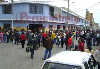 Manifestantes recorrieron las principales arterias huachanas y solo detuvieron su paso cuando estuvieron frente a la sede judicial y a la comuna.
