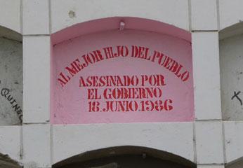 """Aparecieron extrañas pintas con frases como """"Al mejor hijo del pueblo. Asesinado por el gobierno - 18 de junio 1986"""". Foto Ecos Huacho."""