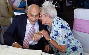 Anciano de 103 años se casa con su novia de 91 en Inglaterra.