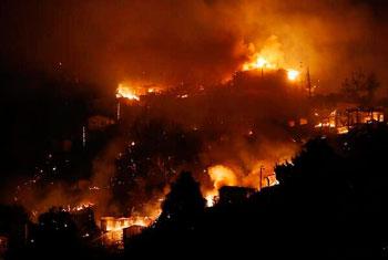Los pobladores con balde de agua apagaron las llamas que temía a propagarse hasta los demás cuartos.