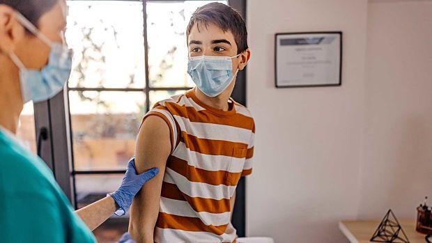 aprueban uso de vacuna Pfizer en adolescentes de 12 a 15 años